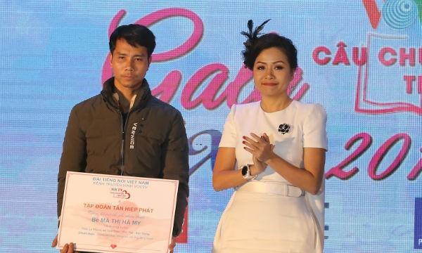 Bà Trần Uyên Phương, Phó Tổng giám đốc Tập đoàn Tân Hiệp Phát trao tượng trưng chi phí hỗ trợ phẫu thuật tim cho gia đình bé Mã Thị Hà My