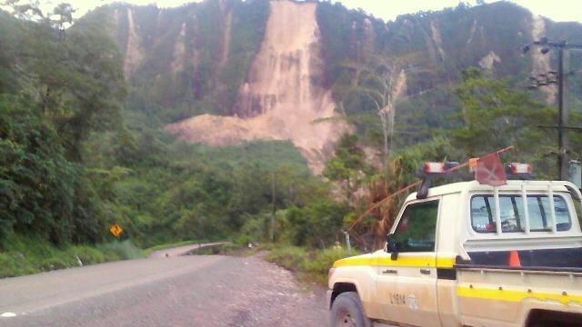 Lở đất sau động đất chia cắt tuyến đường tại Papua New Guinea. (Ảnh: Reuters)