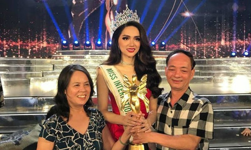 Hương Giang cùng bố mẹ trong đêm đăng quang