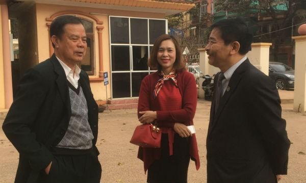 Đại diện nguyên đơn và LS Bình (phải) cho rằng việc tạm đình chỉ xét xử phúc thẩm của TAND tỉnh Sơn La là không đúng quy định