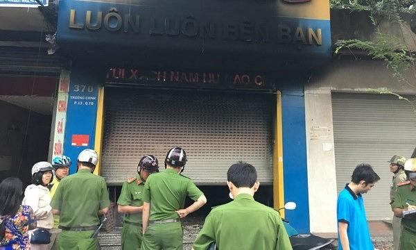 Lực lượng chức năng đã giải cứu kịp thời ba người trong cửa hàng bị cháy. (Ảnh: Thành Chung/TTXVN)