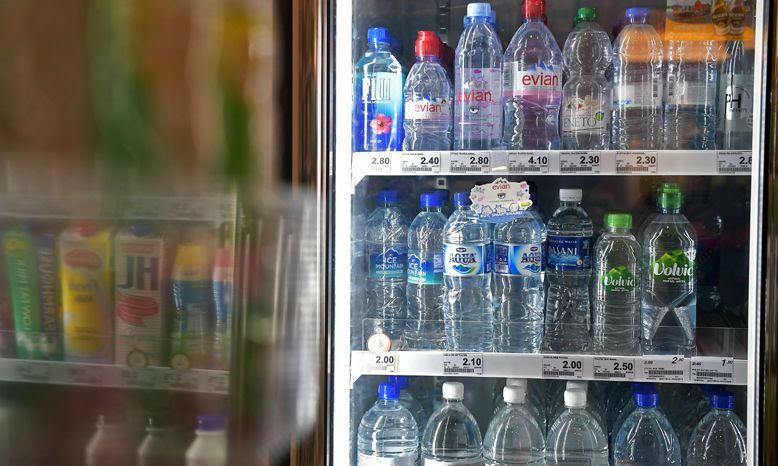 WHO cho biết cần kiểm định thêm về trường hợp nước đóng chai bị cáo buộc nhiễm sợi nhựa siêu nhỏ
