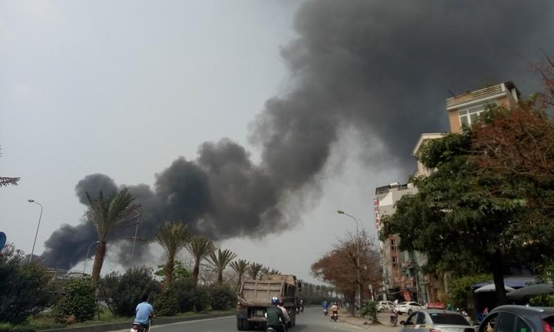 Hà Nội: Cháy bãi rác - Khói đen nghi ngút, nhựa cháy khét lẹt