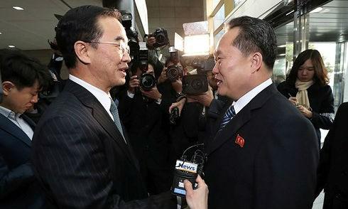 Đại diện cấp cao Hàn Quốc và Triều Tiên gặp nhau tại làng đình chiến Bàn Môn Điếm. Ảnh: Yonhap/VOV