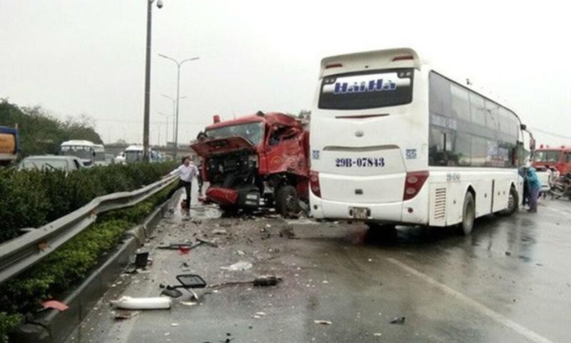 Hiện trường vụ xe khách đâm xe cứu hỏa trên đường cao tốc