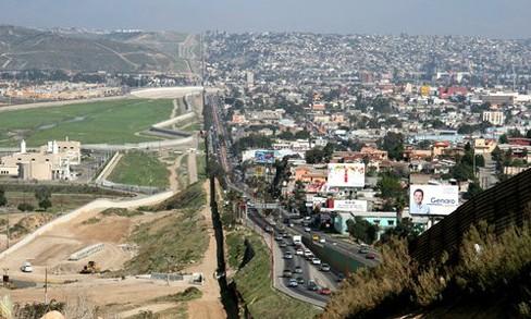 Tuyến biên giới giữa Mỹ (trái) và Mexico. Ảnh: Wikipedia/VOV
