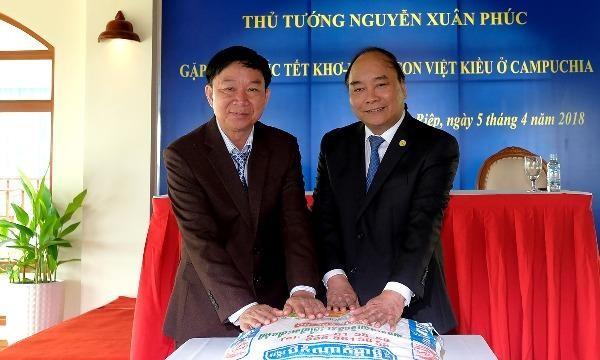Thủ tướng tặng quà cho gia đình người Campuchia gốc Việt