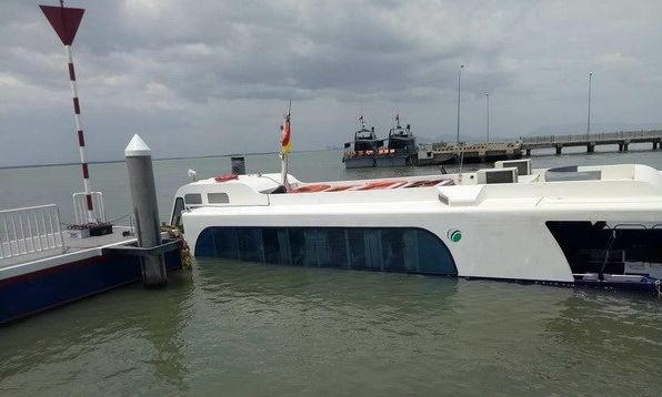 Hiện trường chiếc tàu cao tốc bị chìm ở bến Tắc Suất, huyện Cần Giờ. (Ảnh: Linh Sơn/TTXVN)