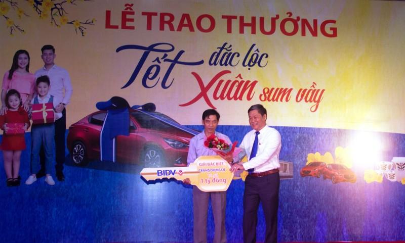 Đại diện BIDV trao Giải Đặc biệt cho khách hàng Nguyễn Văn Trung