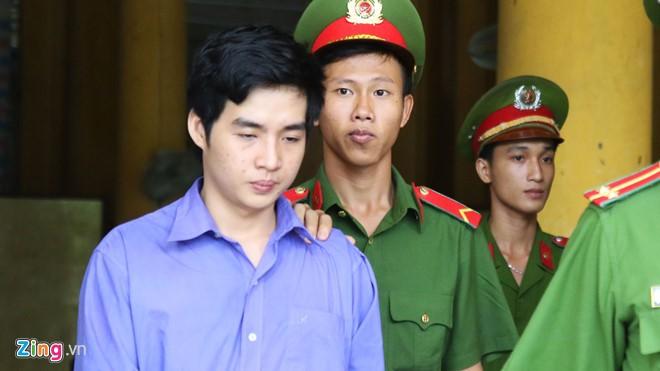 Bị cáo Quách Phước Hồ Tây bị áp giải sau phiên xét xử. (Ảnh: Zing.vn)