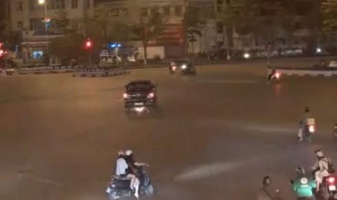 Xe máy bị cuốn vào gầm ô tô và bị kéo lê suốt một quảng đường dài. Ảnh chụp từ clip
