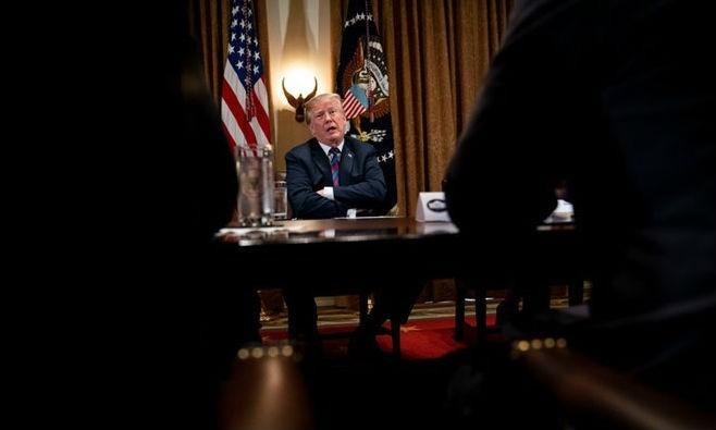 Trong buổi họp với các thượng nghị sĩ và thống đốc bang ngày 13/4, Tổng thống Trump gây bất ngờ khi yêu cầu các cố vấn xem xét việc tái gia nhập đàm phán TPP. Ảnh: New York Times/Zing