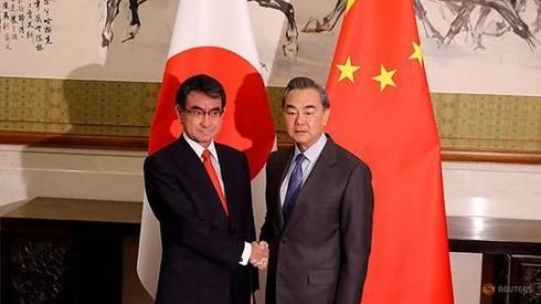 Ngoại trưởng Nhật Bản Taro Kono (trái) và người đồng cấp Trung Quốc Vương Nghị. (Ảnh: Reuters/VOV)