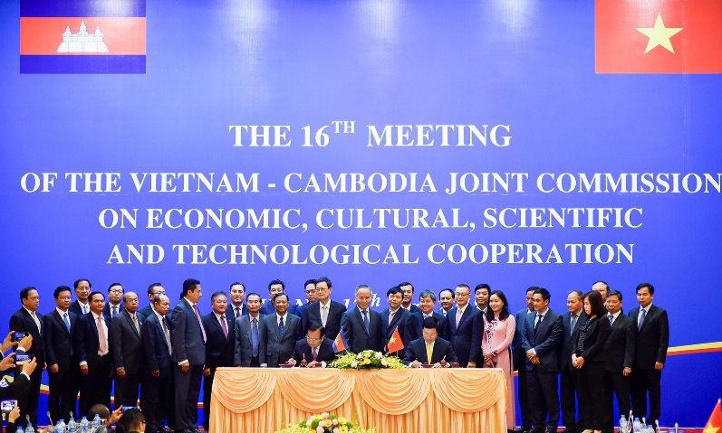 Phó Thủ tướng Phạm Bình Minh và Bộ trưởng Campuchia Prak Sokhonn ký Biên bản thỏa thuận của Kỳ họp