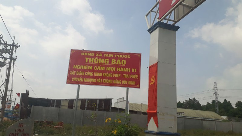 Phía ngoài Quốc lộ 51, các biển cấm liên quan đến phân lô bán nền được UBND xã cắm dày đặc nhưng bên trong những con đường dân sinh, tình trạng phân lô tự phát vẫn nóng bỏng hàng ngày. Trong ảnh: Một biển cấm tại xã Tam Phước (Biên Hòa)