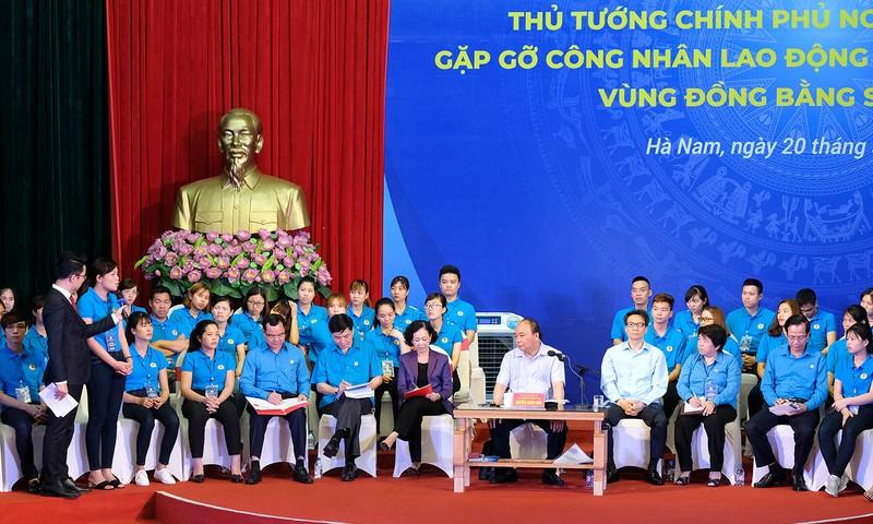 Thủ tướng lắng nghe, giải đáp thắc mắc của công nhân