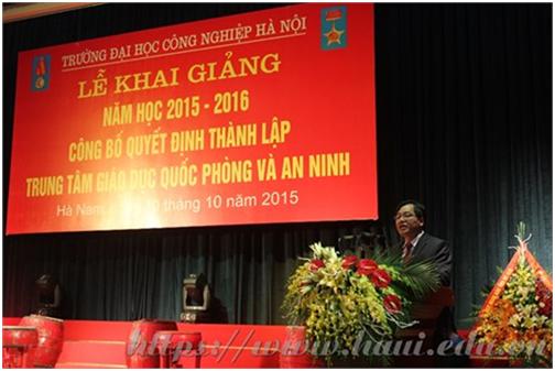 Nhà giáo nhân dân, PGS.TS Trần Đức Quý - Hiệu trưởng Trường Đại học Công nghiệp Hà Nội tại Lễ khai giảng năm học 2015-2016 và công bố Quyết định thành lập Trung tâm Giáo dục Quốc phòng và An ninh