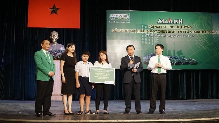 Manulife Việt Nam tặng hợp đồng bảo hiểm cho con liệt sĩ và thực hiện các hoạt động thiện nguyện vì cộng đồng