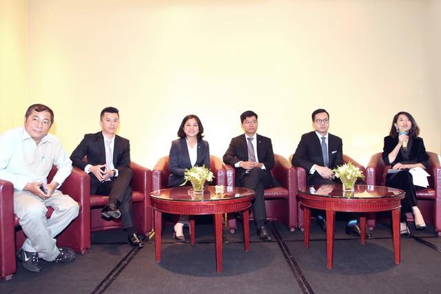 Ban điều hành Quỹ Mở Manulife tham gia giải đáp thắc mắc của nhà đầu tư tại đại hội