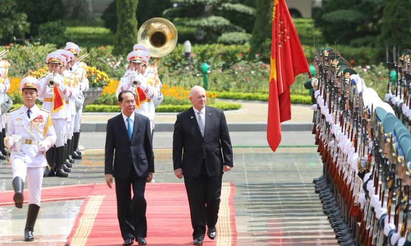Chủ tịch nước Trần Đại Quang và Toàn quyền Australia Peter Cosgrove duyệt Đội Danh dự.  Ảnh: VGP