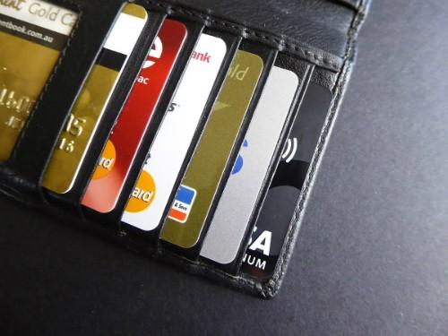 Ví của nhiều người dùng không gọn nhẹ hơn bao nhiêu dù không dùng tiền mặt bởi họ chỉ mớithay thế các tờ tiền sang một loại thẻ vật lý làm tốn không gian không kém.