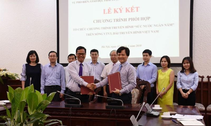 Lãnh đạo 2 đơn vị ký kết Chương trình phối hợp