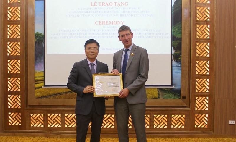 Bộ trưởng Lê Thành Long trao Kỷ niệm chương Vì sự nghiệp tư pháp cho Đại sứ Vương quốc Anh và Bắc Ireland