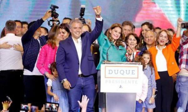 Ông Ivan Duque ăn mừng chiến thắng
