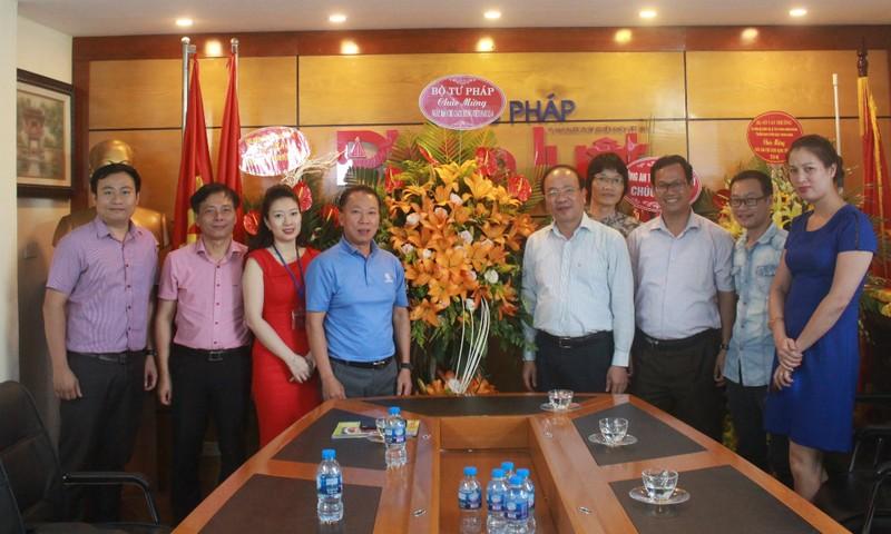 Thứ trưởng Phan Chí Hiếu đại diện lãnh đạo Bộ Tư pháp đến chúc mừng Báo PLVN nhân kỷ niệm 93 năm Ngày Báo chí cách mạng Việt Nam