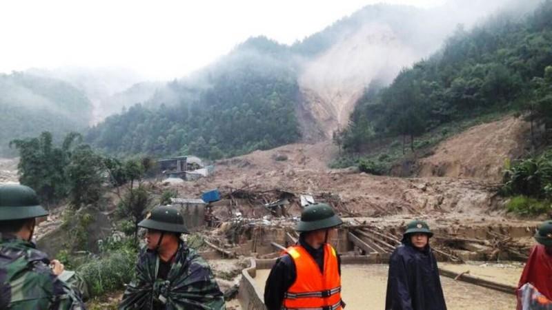 Cán bộ, chiến sỹ LLVT Hà Giang giúp nhân dân gặt lúa bị ngập úng