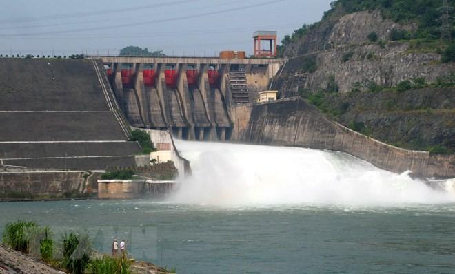 Thủy điện Hòa Bình bắt đầu xả lũ từ 8 giờ ngày 7/7. (Ảnh: Thanh Hải/TTXVN)