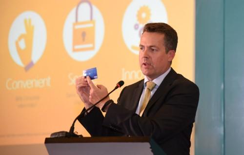 ÔngSean Preston cầm trên tay chiếc thẻ ngân hàng có công nghệ thanh toán không tiếp xúc.