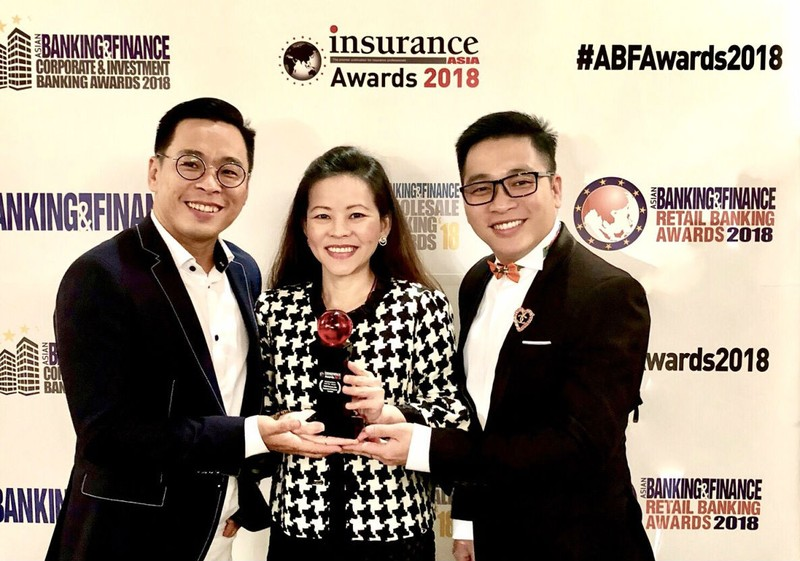 Bà Vương Mỹ Phụng, Phó Tổng Giám đốc FWD Việt Nam chia sẻ niềm vui nhận giải thưởng tại Singapore với đội ngũ marketing của công ty