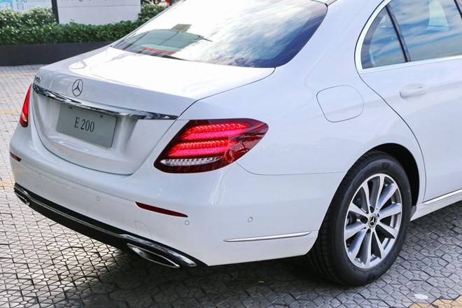 Mercedes-Benz E200 ban nang cap ve dai ly, gia khong doi hinh anh 2