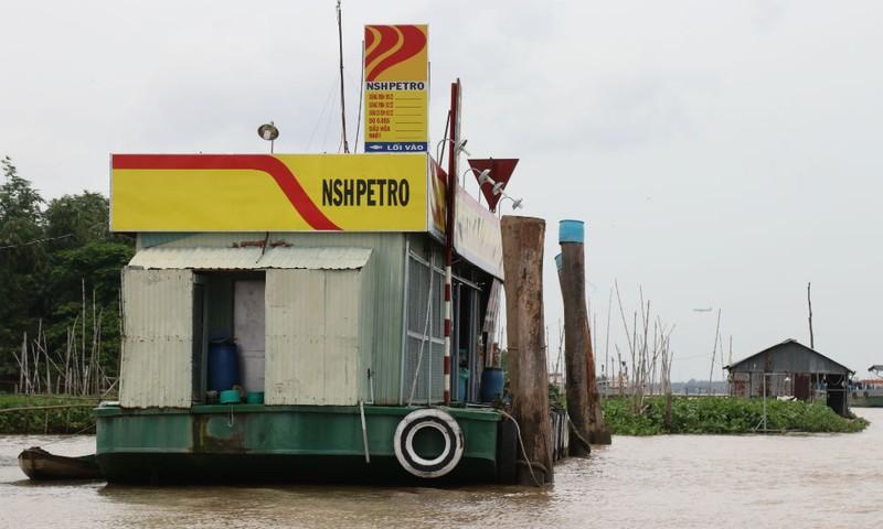 Bè và đám chà của bà Bé Hai nằm gần bè xăng dầu Kim Phượng nhưng lại nằm ra xa bờ hơn bè xăng dầu, trong khi cây xăng này có phép mà còn không được phép xa bờ đến thế