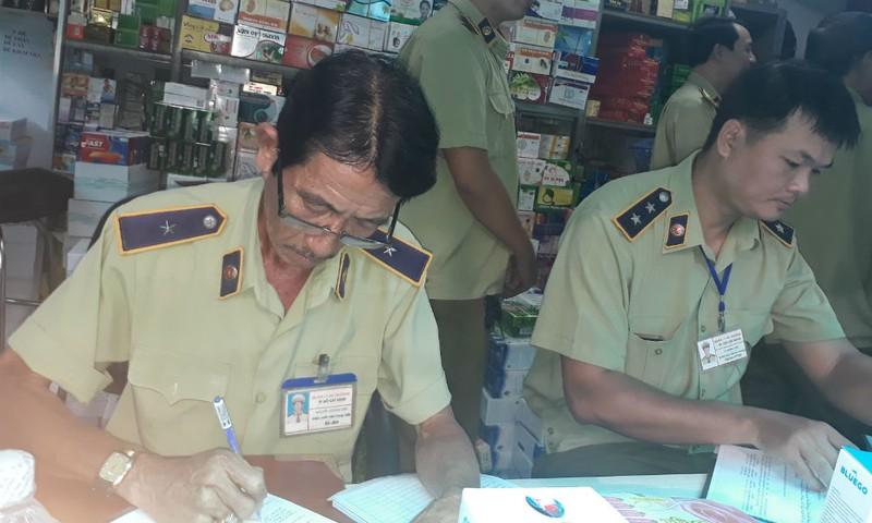 Đoàn kiểm tra đang kiểm tra một cửa hàng bán tân dược tại TP HCM