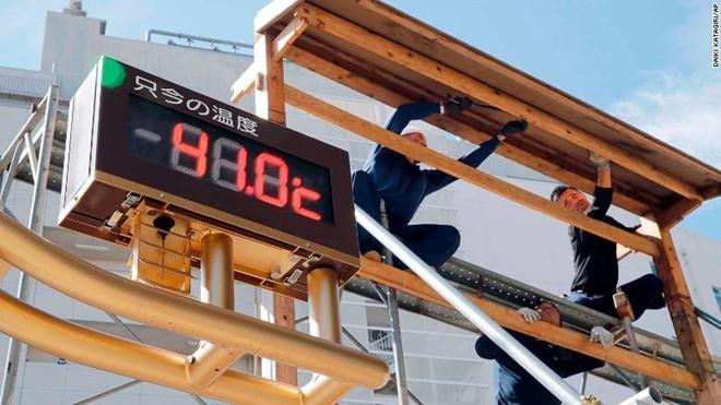 Nhiệt kế ngoài trời đo được nhiệt độ tại thành phố Kumagaya là 41 độ C vào ngày 23/7. Ảnh: AP/Zing