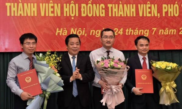 Phó Thống đốc NHNN  Nguyễn Kim Anh trao Quyết định và tặng hoa chúc mừng các đồng chí được bổ nhiệm. Ảnh NHNN