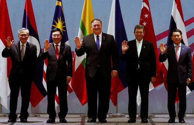 Ngoại trưởng Mỹ Mike Pompeo (giữa) dự cuộc họp ngoại trưởng ASEAN-Mỹ tại Singapore hôm 3/8/2018. (Ảnh: Reuters/Dân trí)