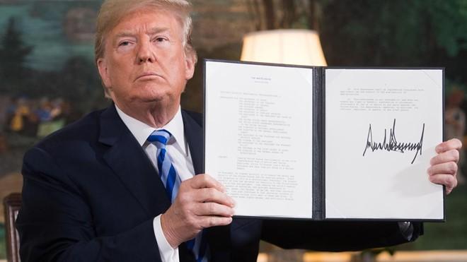 Tổng thống Trump ký quyết định rút Mỹ khỏi thỏa thuận hạt nhân Iran. Ảnh: Reuters/Zing