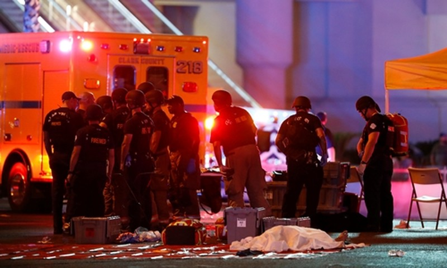Lực lượng an ninh tại hiện trường vụ xả súng ở Las Vegas. Ảnh: Reuters/VnExpress