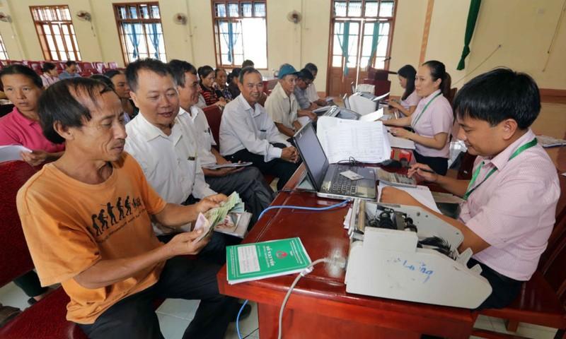 Các phụ huynh HSSV ở xã Thịnh Sơn, huyện Đô Lương (Nghệ An) nhận vốn vay cho con đi học. Ảnh: Trần Việt