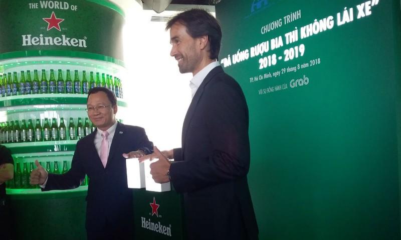 Ông Khuất Việt Hùng và đại diện công ty Heineken