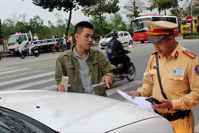 """Lực lượng chức năng xử lý vi phạm """"xe dù"""". Ảnh Báo Thừa Thiên Huế"""
