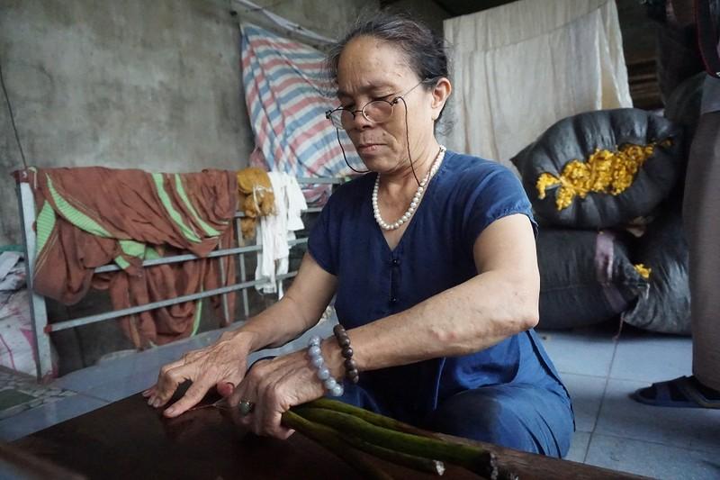 Nghệ nhân Thuận là người Việt đầu tiên dệt vải từ tơ sen