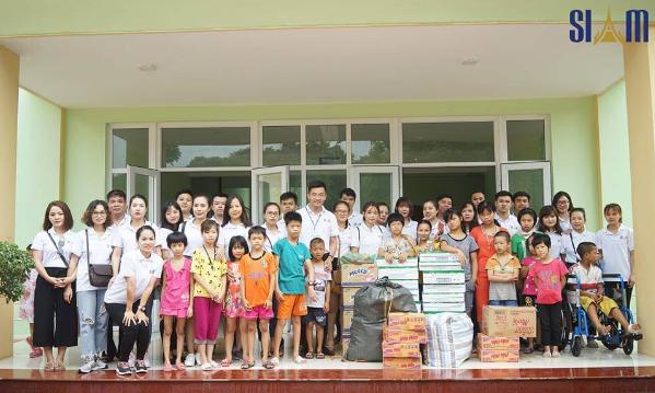 Tập thể Siam chụp ảnh kỷ niệm với các bé TTPHCN Thụy An
