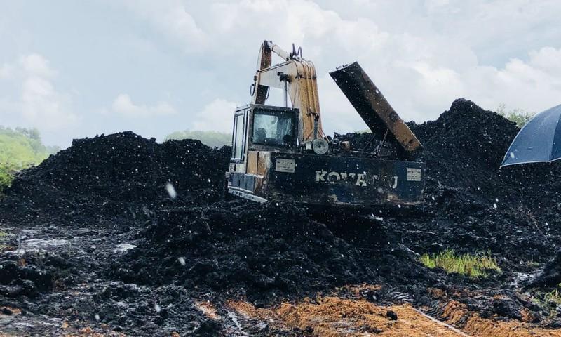 Ngang nhiên khai thác khoáng sản lậu giữa ban ngày ở khu vực  trằm Thiềm