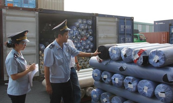 Hải quan cảng Sài Gòn KV1 kiểm tra hàng nhập khẩu. Ảnh: T.Hòa