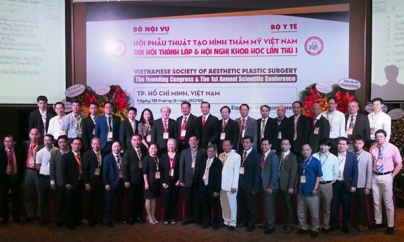 BCH hội Phẫu thuật tạo hình thẩm mỹ Việt Nam nhiệm kỳ 2018 – 2023. Ảnh: Võ Anh Tuấn