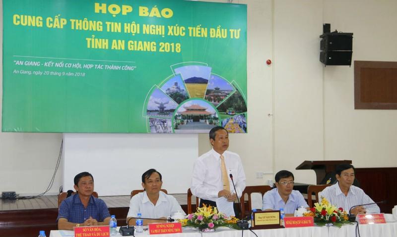 Ông Lê Văn Nưng, Phó Chủ tịch UBND tỉnh An Giang cung cấp thông tin về Hội nghị xúc tiến đến các nhà báo, phóng viên
